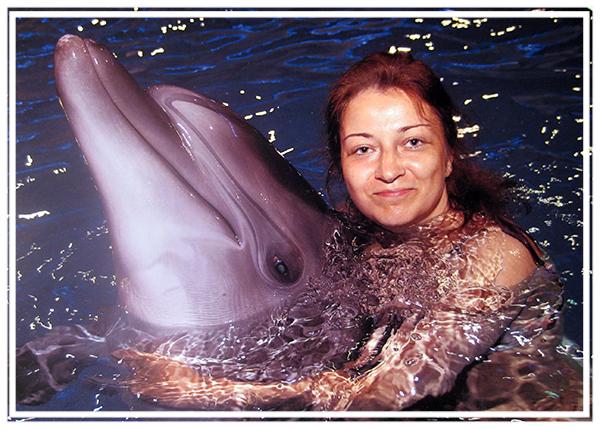 Александра Соловьёва и Мэри, участница шоу Вместе с дельфинами